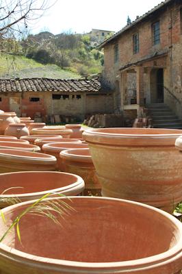 Au jardin les pots de toscane habillent terrasses et jardins for Carrelage terre cuite belgique