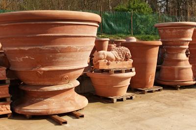 Au jardin les pots de toscane habillent terrasses et jardins - Terrasse en terre cuite ...